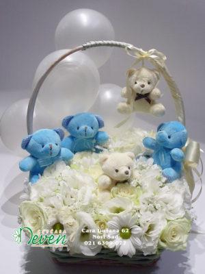 Mali medvedići u korpi sa ružama, lizijantusima i balonima