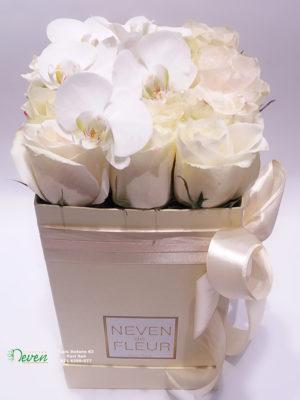 Flower box sa ružama i orhidejama.