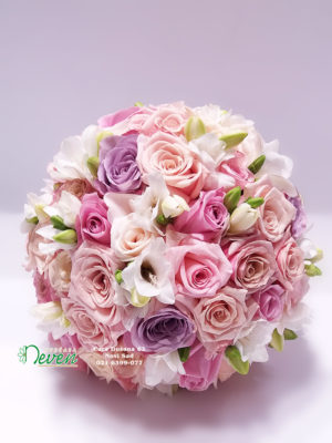 Bidermajer sa ružama i frezijama