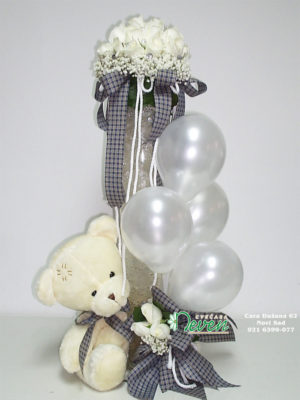 Aranžman sa medo, belim ružama i balonima