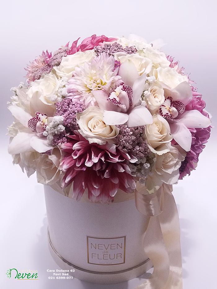 Flower box sa ružama, dalijama i orhidejama.