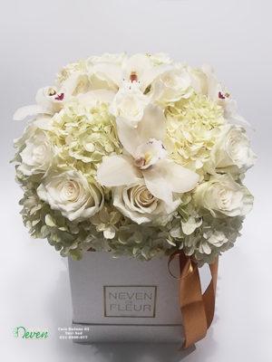 Flower box sa ružama, hortenzijom i orhidejama.