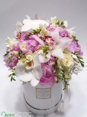 Flower box sa ružama, božurima, orhidejama i frezijama.