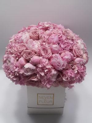 Flower box sa ružama i božurima.