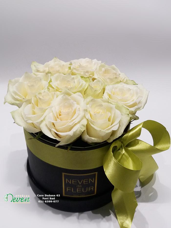 Flower box sa belim ružama