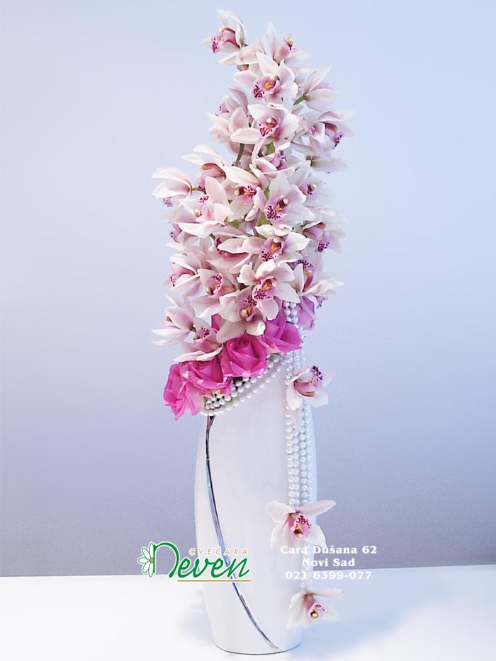 Aranžman sa orhidejama i ružama