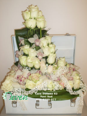 Kofer sa ružama i orhidejama