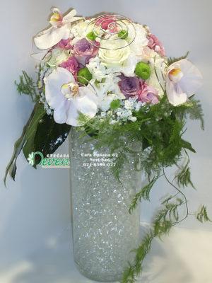 Aranžman sa ružama, margaretama i orhidejama u staklenoj vazi