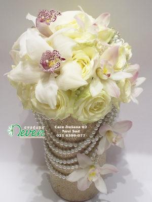 Aranžman u vazi sa ružama i orhidejama