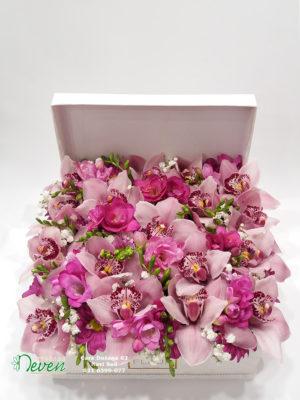 Aranžman sa orhidejama i frezijama