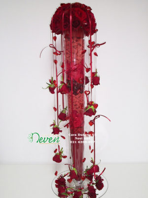 Aranžman u staklenoj vazi sa crvenim ružama