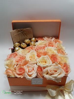 Pokloni i narandžaste ruže u ukrasnoj kutiji