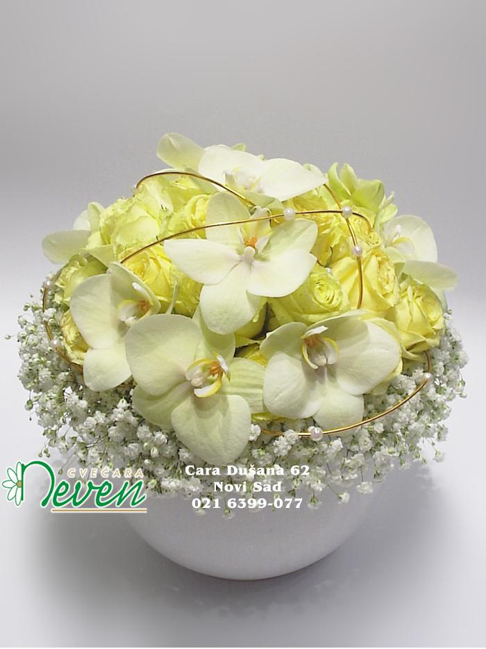 Aranžman sa ružama i orhidejama ''Phalaenopsis''