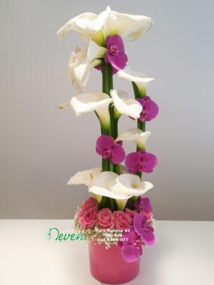 Aranžman sa kalama, ružama i cvetovima ohideje ''Phalaenopsis''