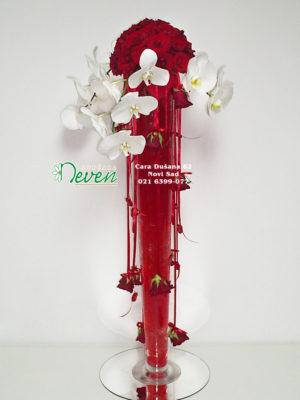 Aranžman sa crvenim ružama i orhidejama ''Phalaenopsis''