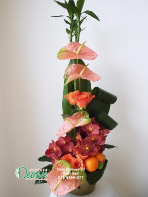 Aranžman sa ružama, anturijumima i orhidejama