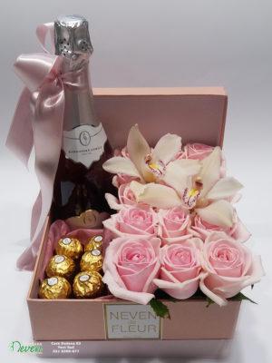 Pokloni u kutiji sa roza ružama i orhidejama