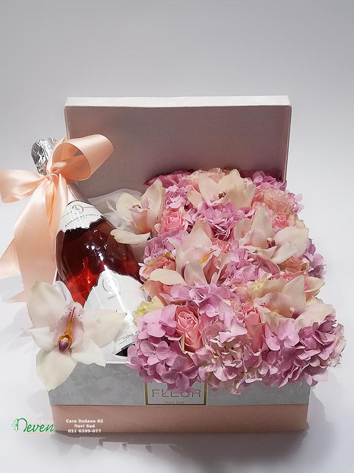 Šampanjac, ruže, orhideje i hortenzije u ukrasnoj kutiji