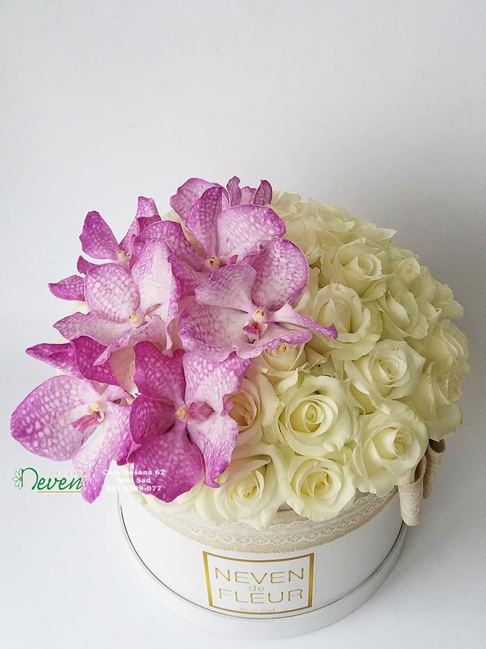 Flower box sa belim ružama i cvetovima orhideje ''Phalaenopsis''
