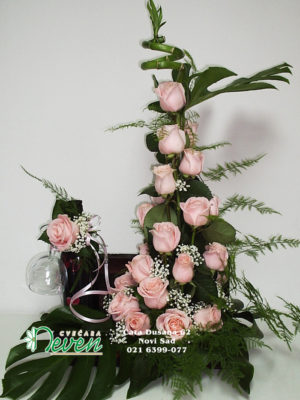 Aranžman u koferčiću sa roza ružama