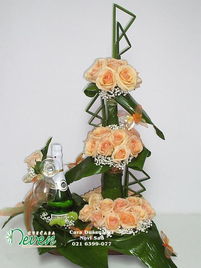Aranžman sa naradžastim ružama