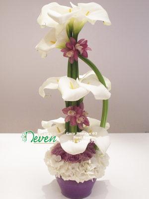 Aranžman sa kalama , ružama ,hortenzijama i orhidejama