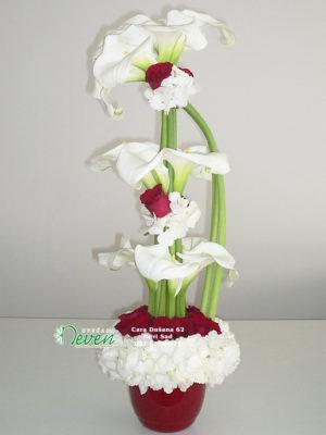 Aranžman sa kalama , ružama i hortenzijama