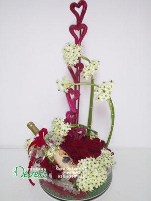 Aranžman sa ružama i ornitogalumima