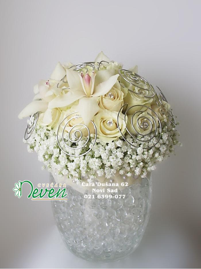 Staklena vaza sa ružama i orhidejama