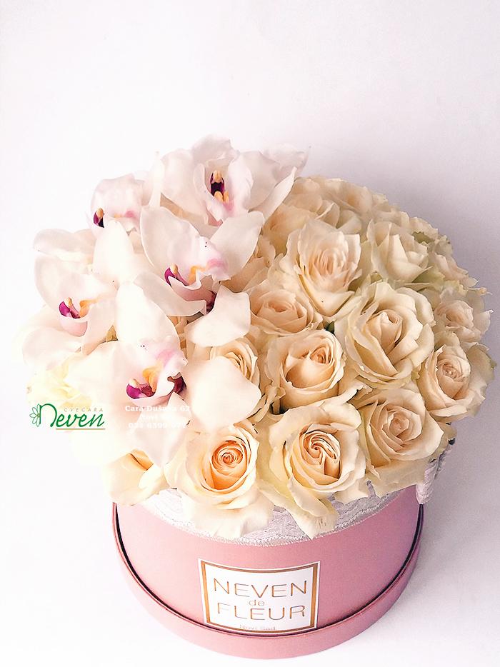 Flower box sa orhidejama i ružama