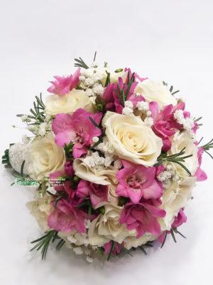 Bidermajer sa ružama i frezijama.