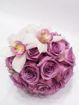 Bidermajer sa lila ružama i orhidejama simbidium.