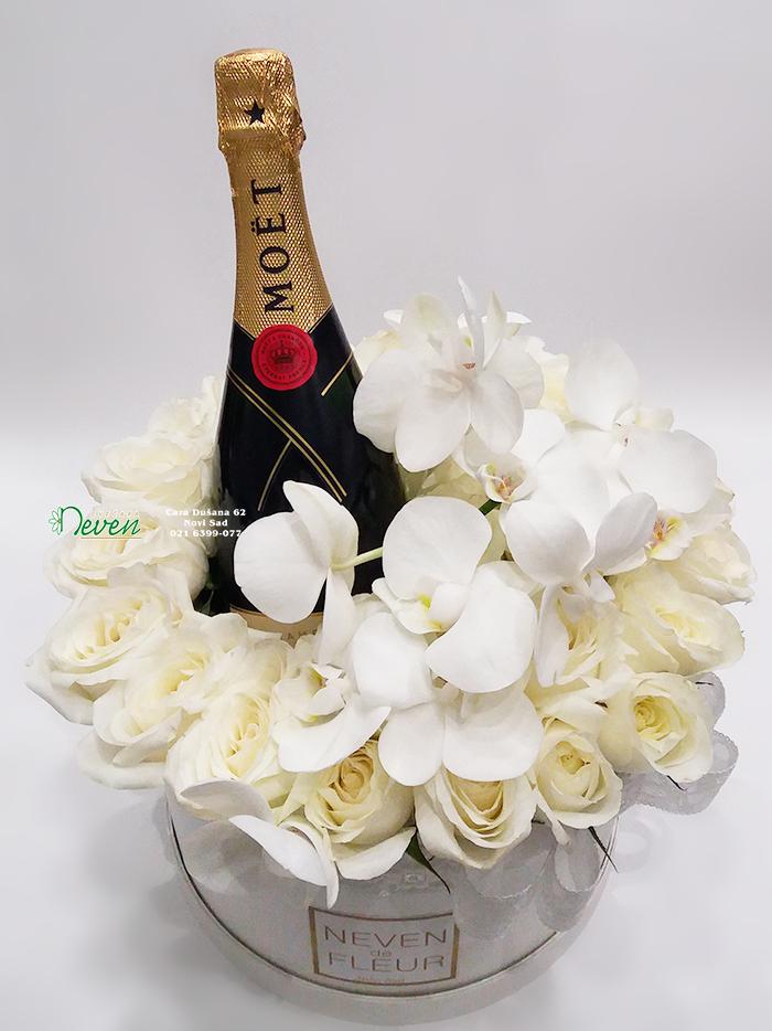 Flowerbox sa Moet šampanjcem i belim ružama.