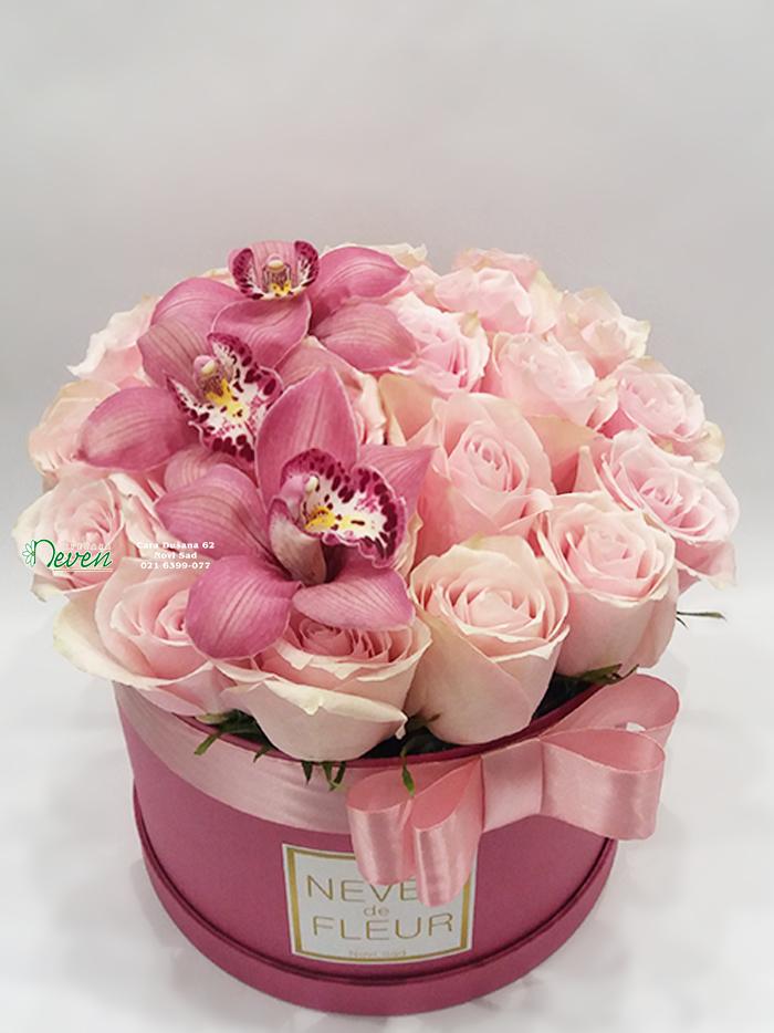 Flowerbox sa ružama i orhidejama.