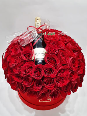 Šampanjac Moet, čaše Swarovski i 101 crvena ruža.