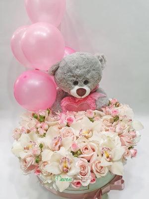 Aranžman sa balonim, plišanim medom, hortenzijama, ružama i orhidejama.
