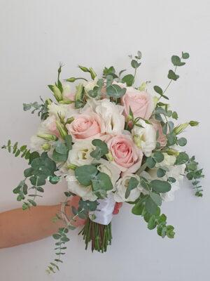 Bidermajer sa ružama,lizijantusima i eukaliptusom