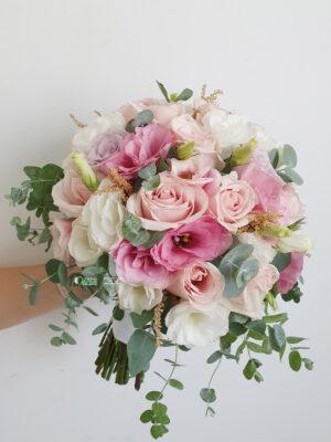 Bidermajer sa ružama, lizijantusima i eukaliptusom
