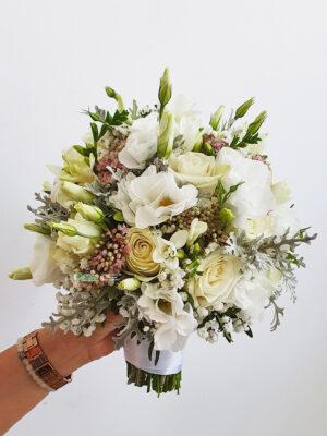 Bidermajer sa ružama,lizijantusima i cinerarijom
