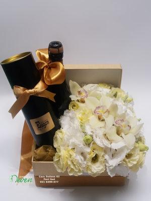 Pokloni u kutiji sa hortenzijama i lizijantusima