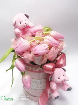 Flower box sa ružama i lalama.