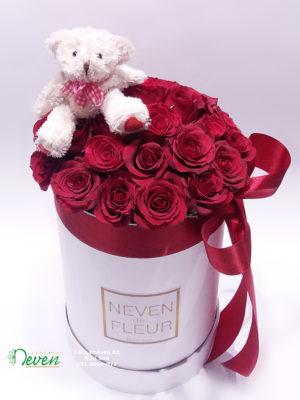 Flower box sa ružama i medvedićem.