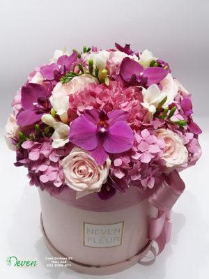 Flower box sa ružama, orhidejama, frezijama i hortenzijama.
