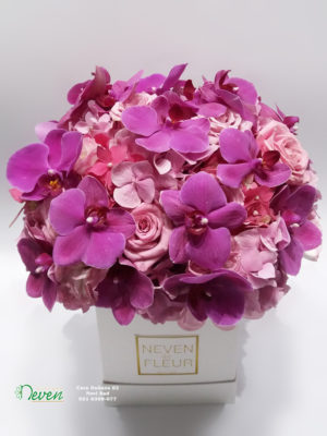Flower box sa ružama, orhidejama i hortenzijama.