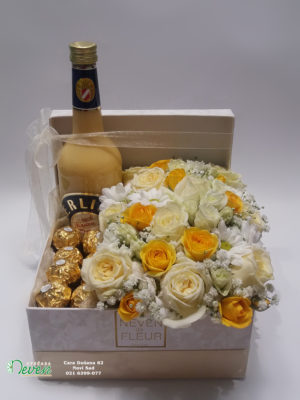 Poklon kutija sa belim i žutim ružama