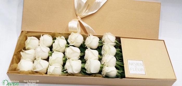 Bele ruže u kutiji