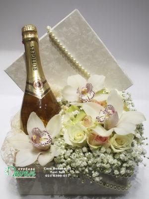 Ukrasna kutija sa ružama, orhidejama i šampanjcem
