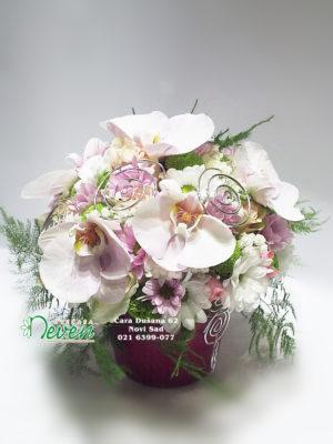 Aranžman sa ružama, margaretama i orhidejama