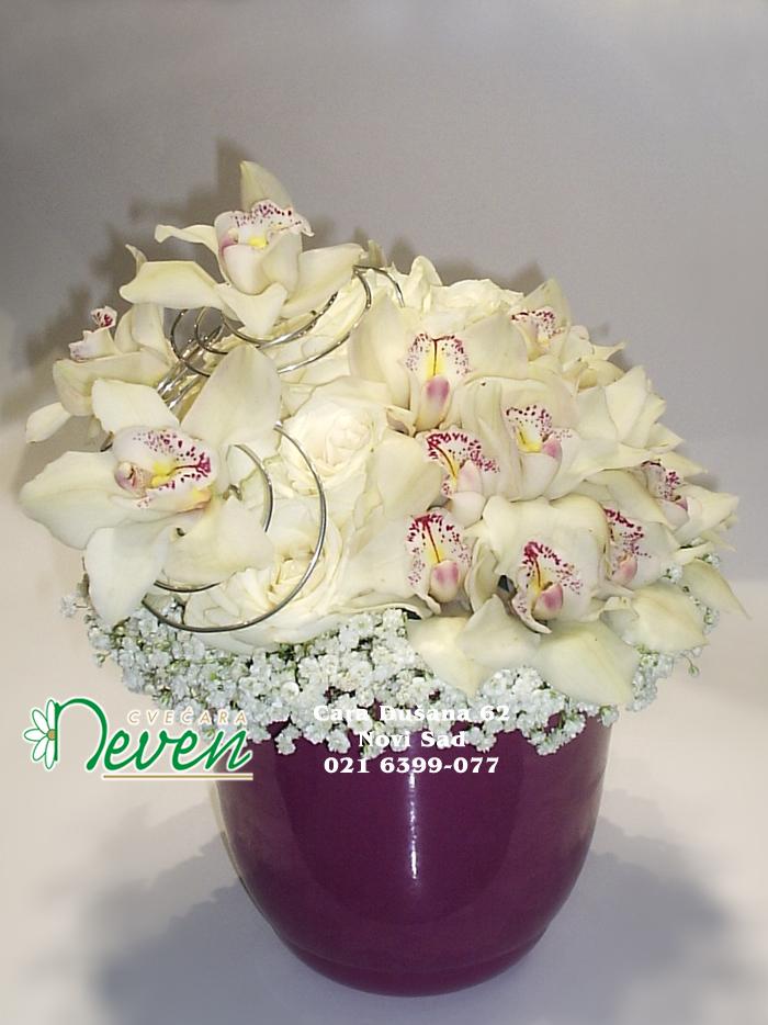 Aranžman sa ružama i orhidejama