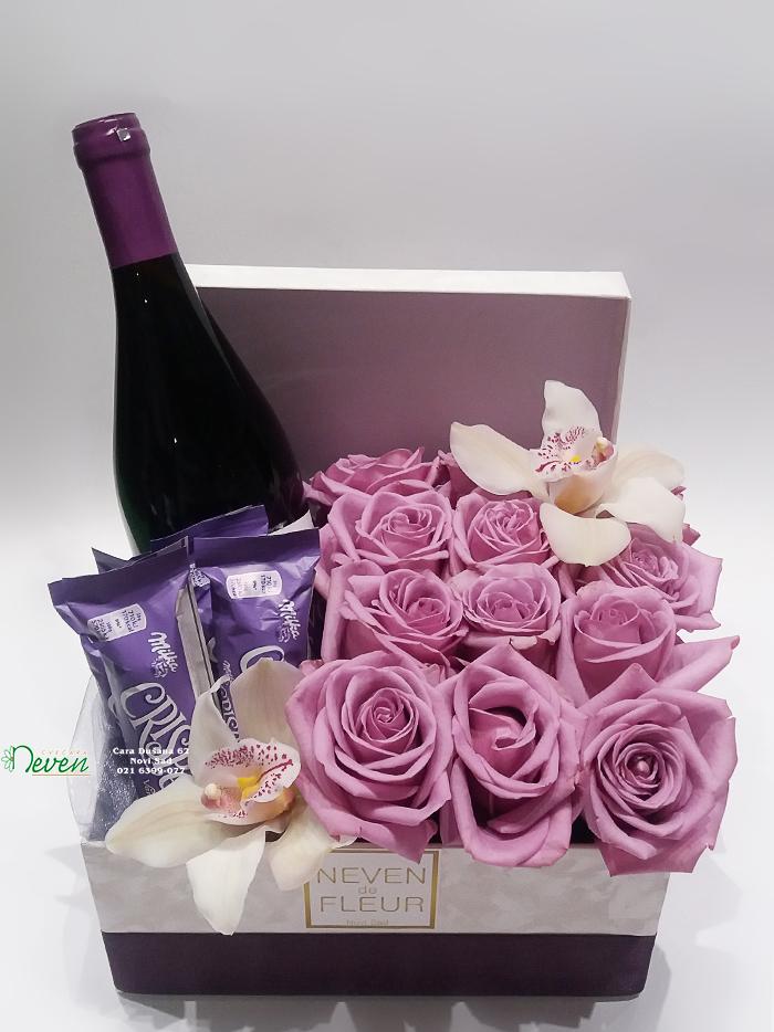 Ljubičaste ruže i pokloni u ukrasnoj kutiji